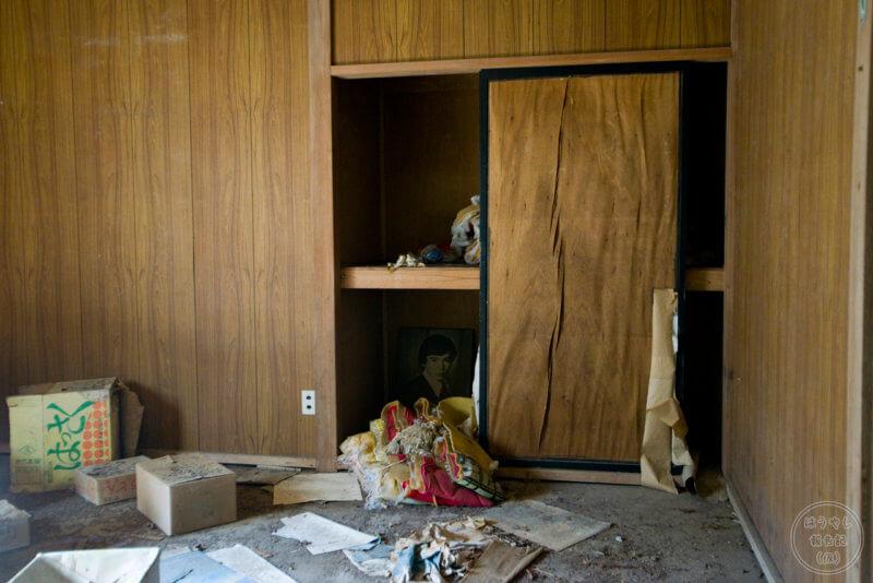 住宅廃墟の室内