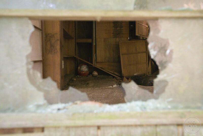 住宅廃墟の室内に転がるダルマ