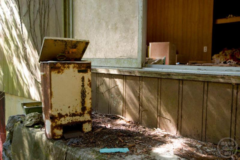 住宅廃墟に残る家電