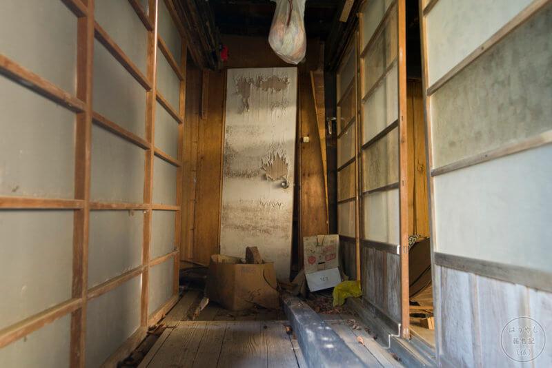 住宅廃墟の廊下