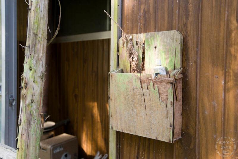 住宅の壁に備え付けられた新聞受け