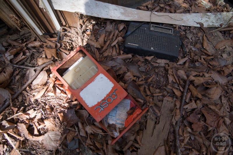 地面に落ちた郵便ポスト