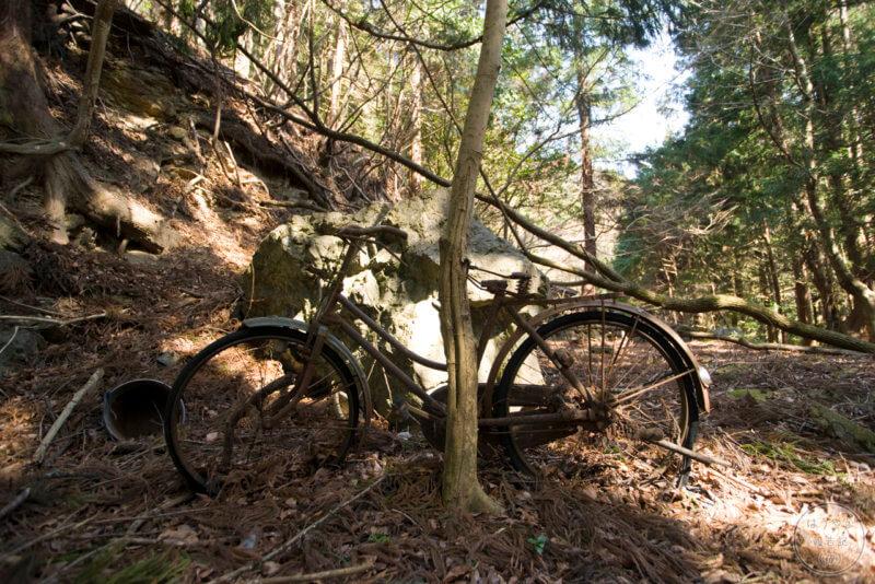 山掴集落に残る廃自転車