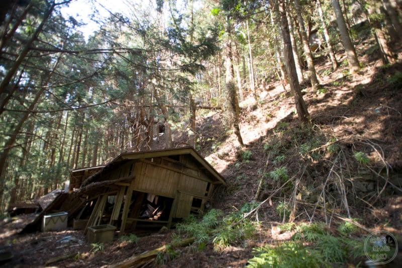 半壊した住宅廃墟