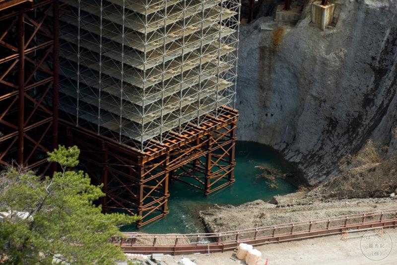 建設中のダム底に貯まる川の水