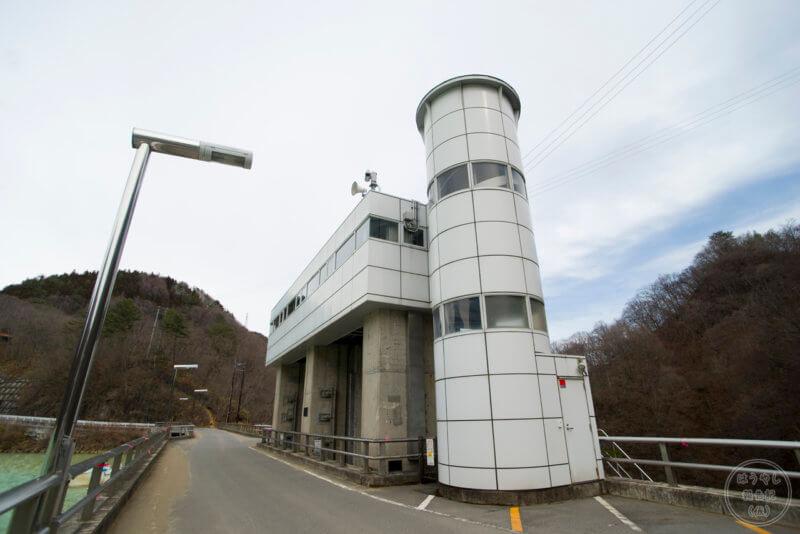 品木ダムのクレストゲート(非常用洪水吐)