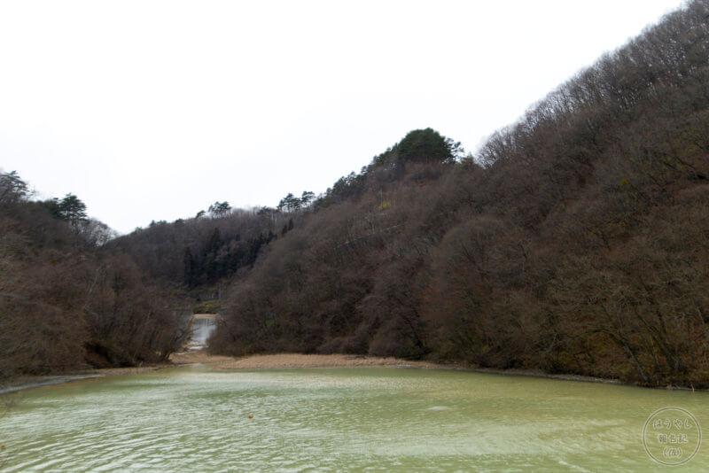 湯川から流れる滝