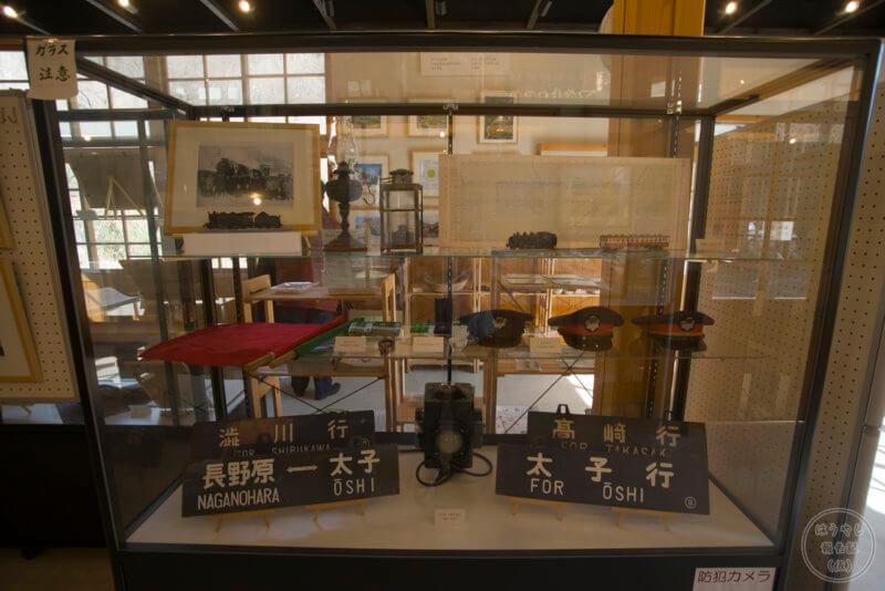 当時使用されていた列車のサボや帽子等が展示されている