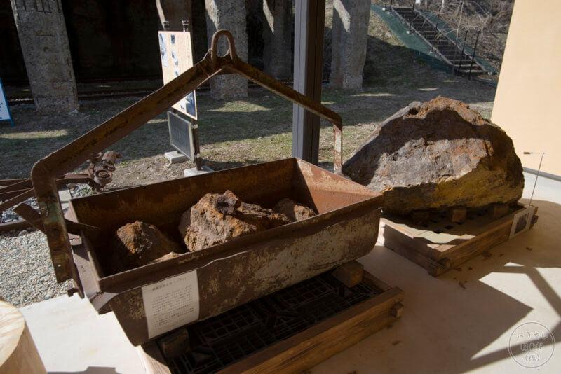 鉄鉱石運搬用バケツと鉄鉱石