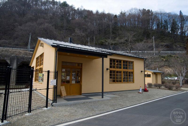 当時の駅舎を再現して建てられた太子駅