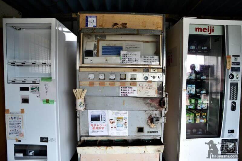 新型自販機に挟まれる弁当自販機