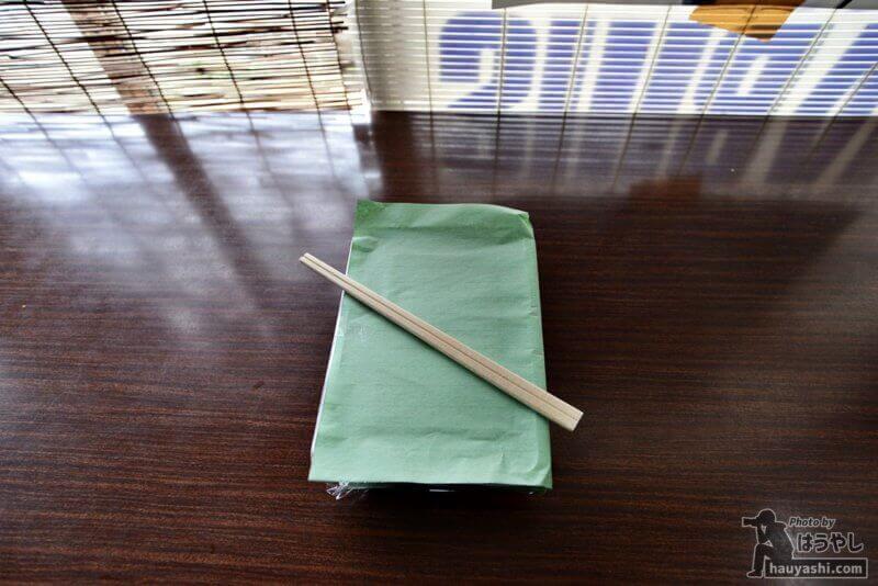 紙に包まれた焼肉弁当