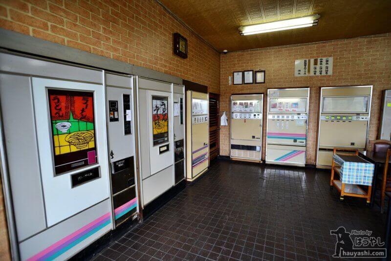 店内に並ぶレトロ自販機の数々