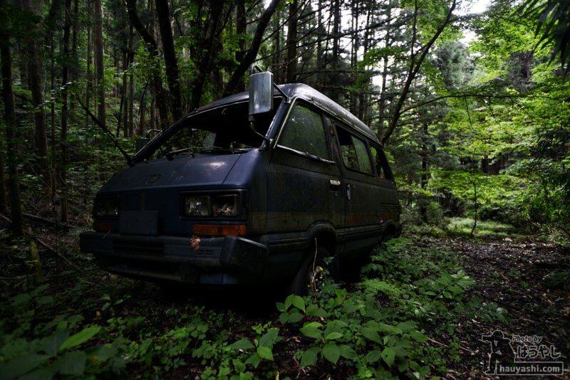 山に乗り捨てられた廃車体