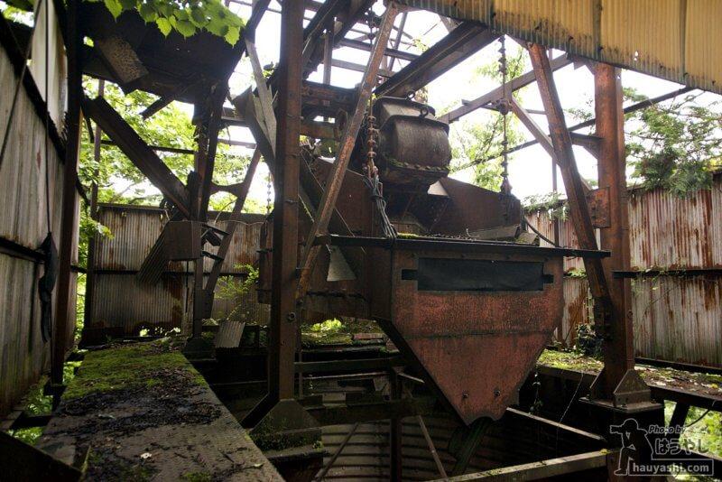 工場内に残された巨大ショベル