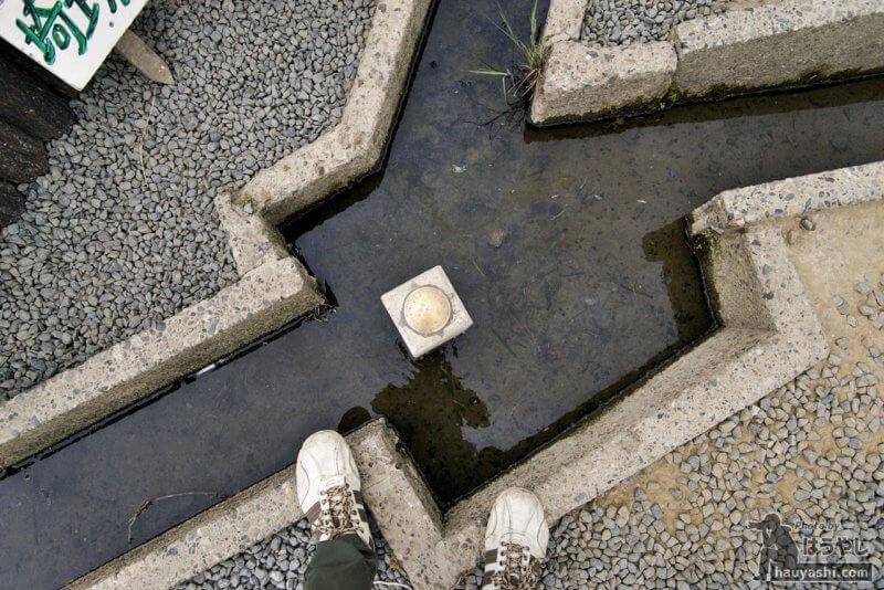 水路に立つ三県境界