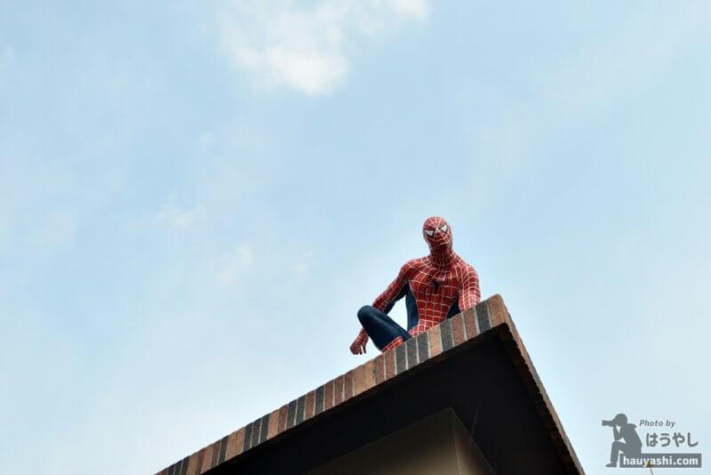 壁によじ登るスパイダーマン