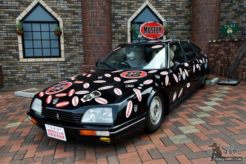 おもちゃと人形 自動車博物館の装飾を施した自動車