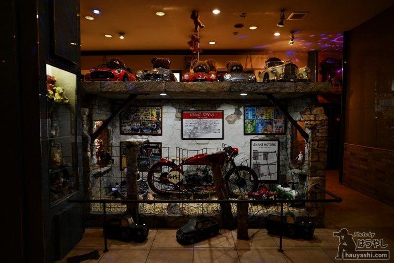 エントランスホールに展示されたバイクと自動車