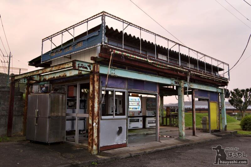 長期にわたって営業している年季の入った自動販売機コーナー