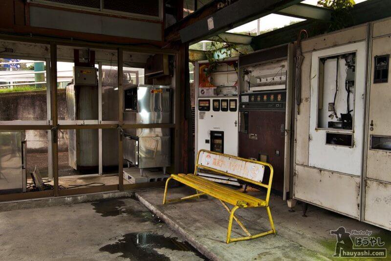 廃自販機の奥にあるバックヤード