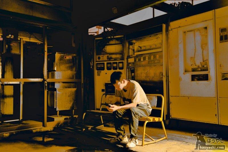 廃レトロ自販機の前で撮影したポートレート