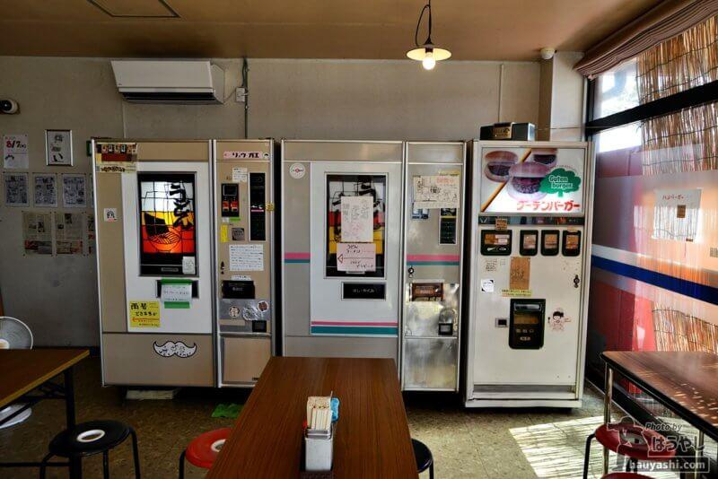 麺類自販機とハンバーガー自販機