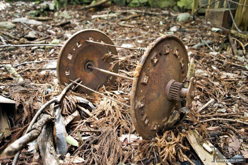 廃集落に転がる正体不明の部品