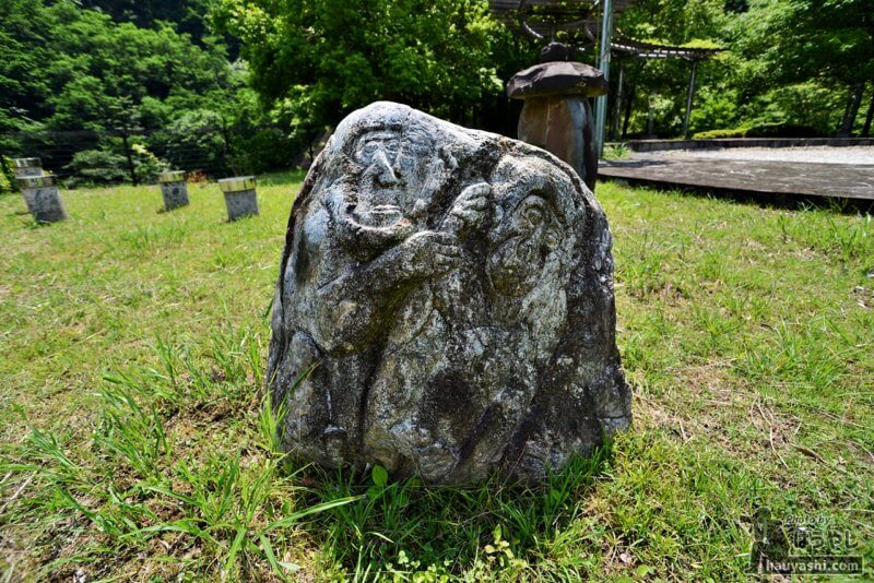 猿が彫られた岩