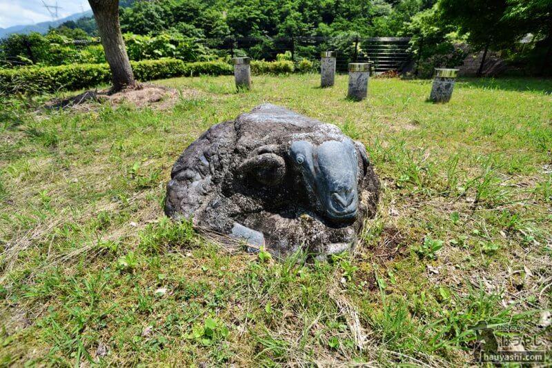 羊が彫られた岩