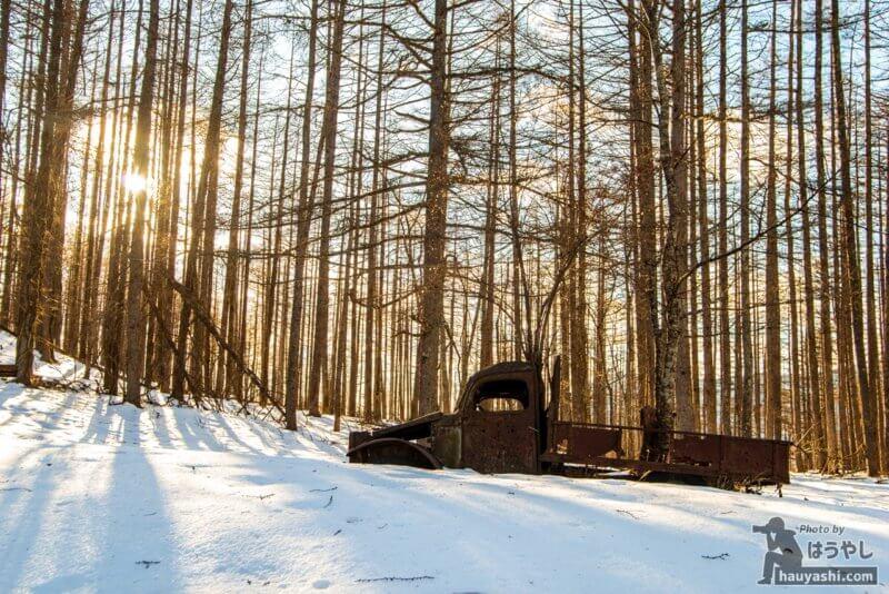 夕日に照らされてオレンジに染まる白沢峠の廃トラック(廃ダッチ)