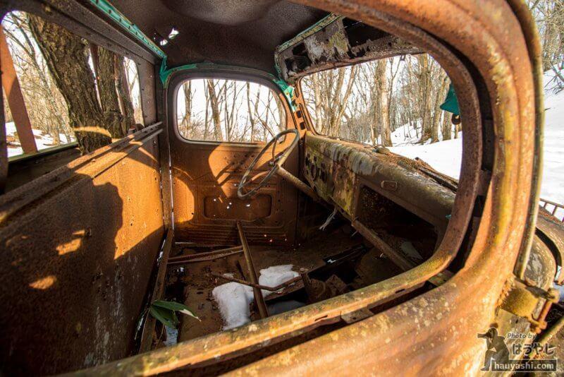 白沢峠の廃トラック(廃ダッチ)・助手席からの運転席