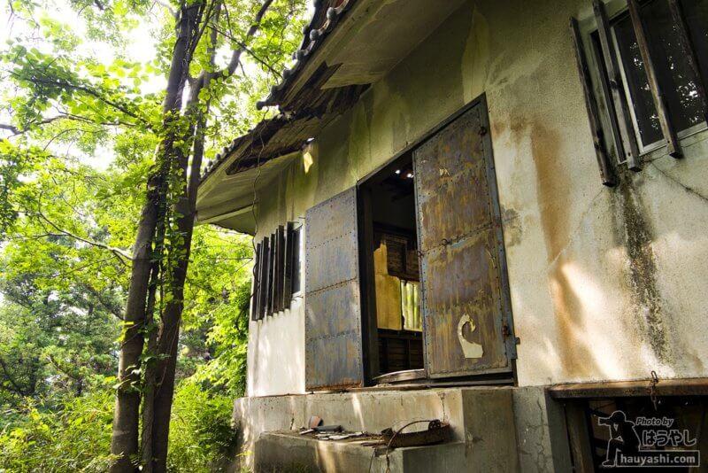 廃墟と化して屋根も崩れている模擬天守閣