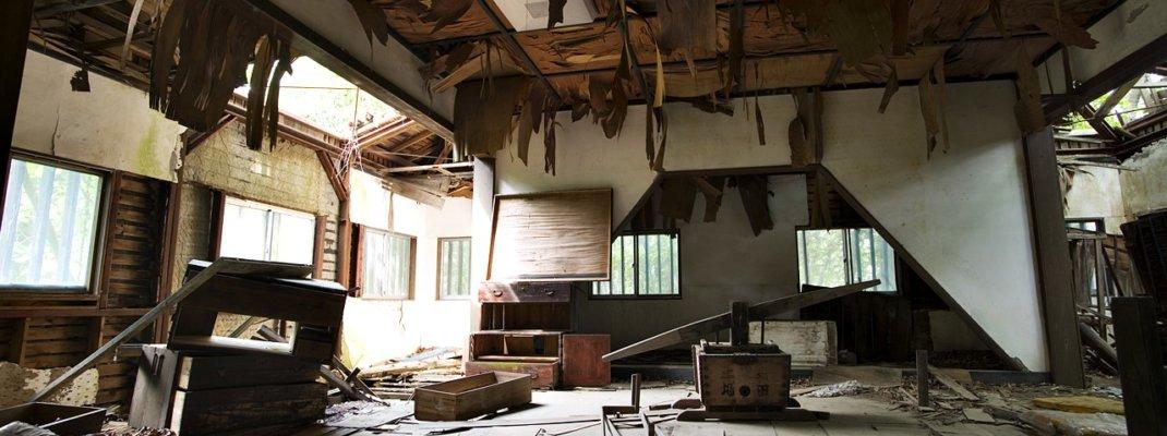 見えない敵に破れ廃墟と化した観光用模擬天守閣