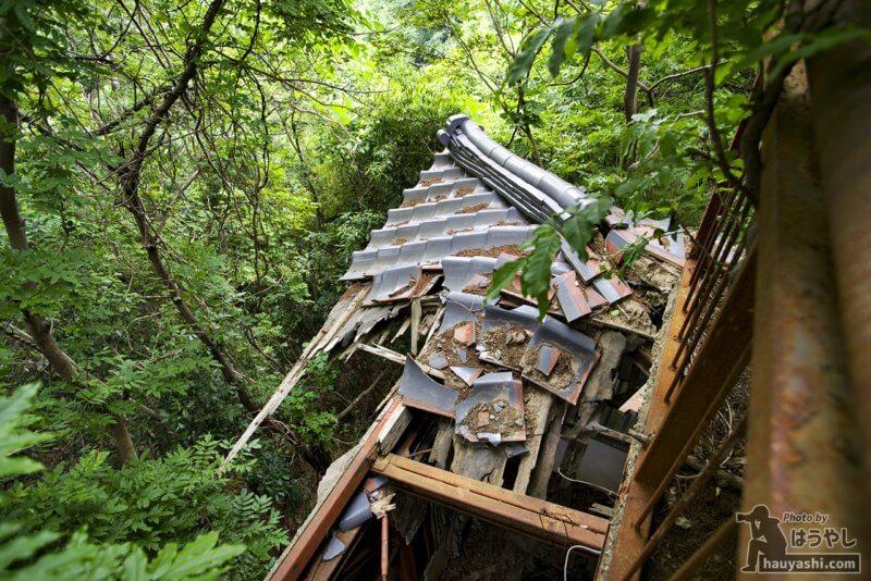 崩落した1階の屋根部分