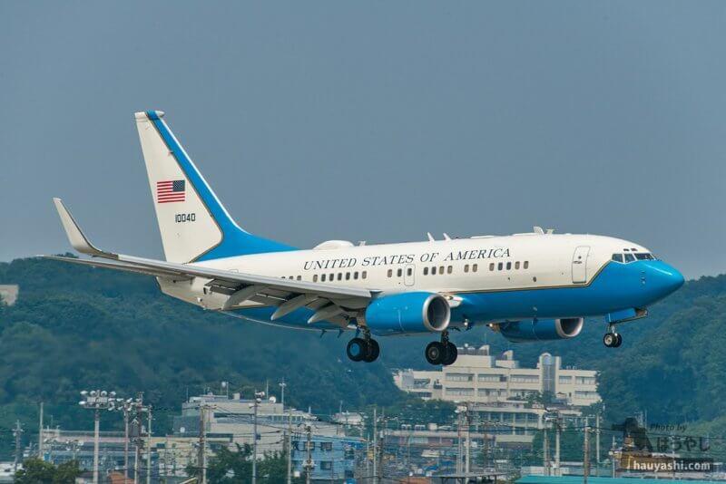 横田基地 R/W18 から着陸する C-40B (01-0040)