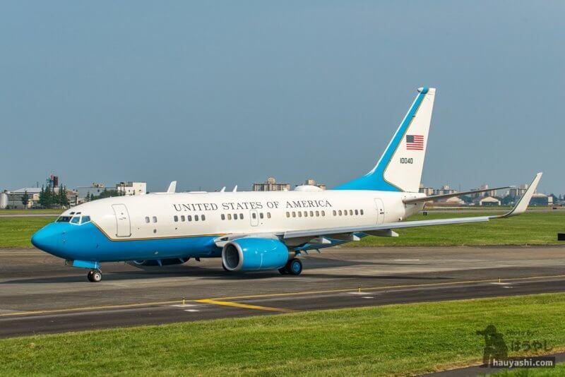横田基地 R/W18 から離陸する C-40B (01-0040)