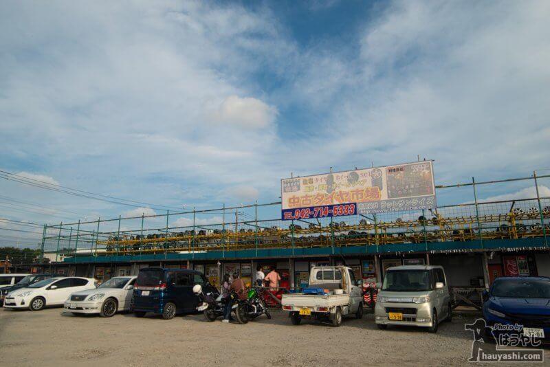 レトロ自販機が並ぶ 中古タイヤ市場 相模原店
