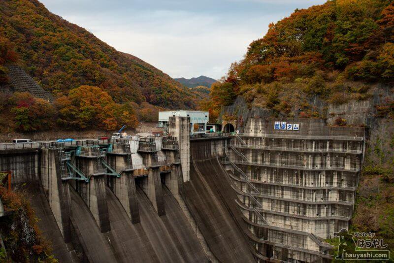薗原ダムの紅葉風景