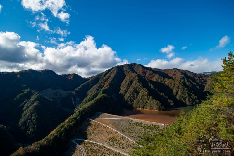 金龍山山頂から見た鉱滓ダム「簀子橋堆積場」