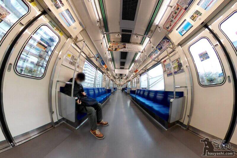 360度カメラで撮影した西武鉄道6000系電車の車内(360度カメラ「RICOH THETA SC2」)