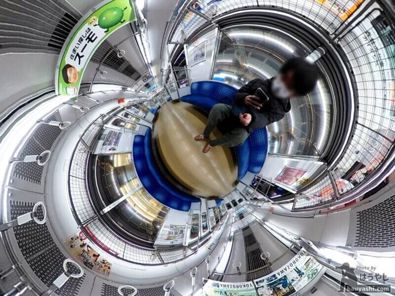 360度カメラで撮影した西武鉄道20000系電車の車内(360度カメラ「RICOH THETA SC2」)