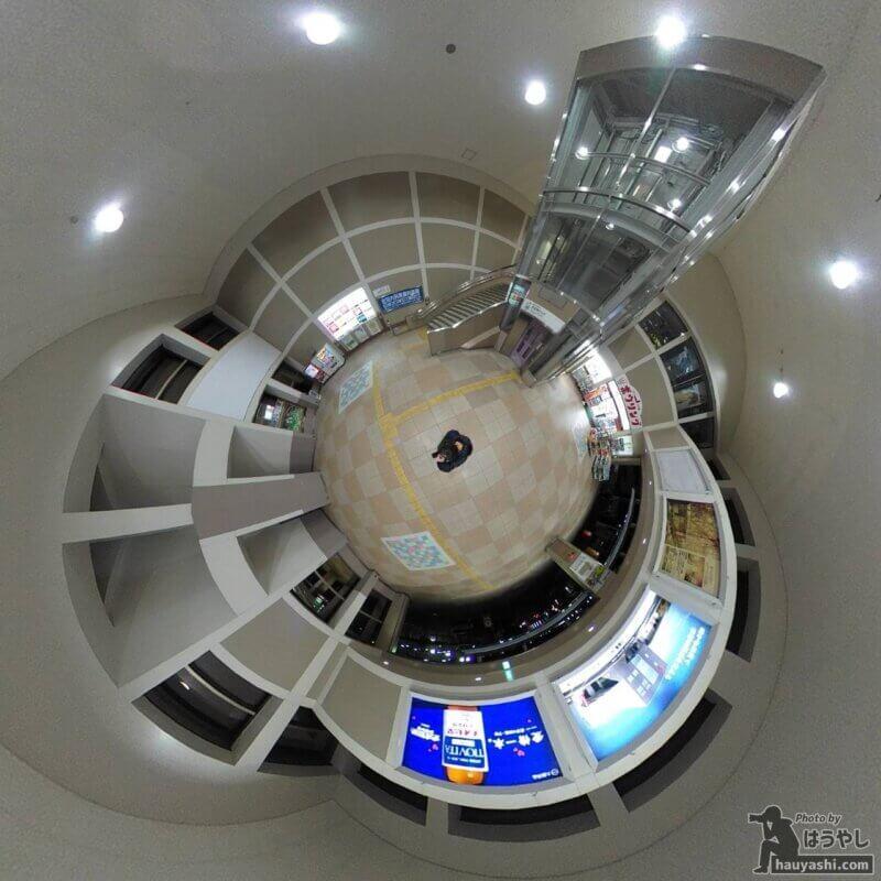 360度カメラで撮影した西武鉄道の飯能駅コンコース(360度カメラ「RICOH THETA SC2」)