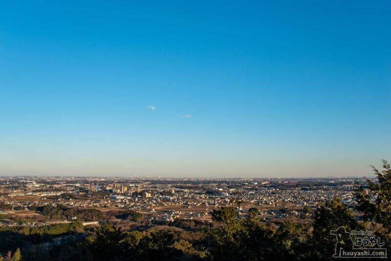 青空のもとで白銀平展望台から見た東京方面
