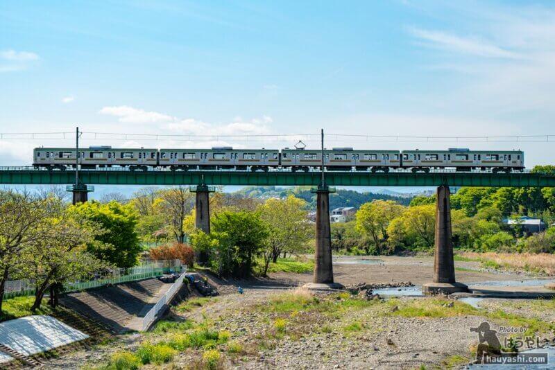 入間川橋梁を渡るJR八高線 209系3100番台(ハエ71編成)