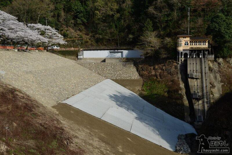 全体を現した鎌北湖用水管理棟