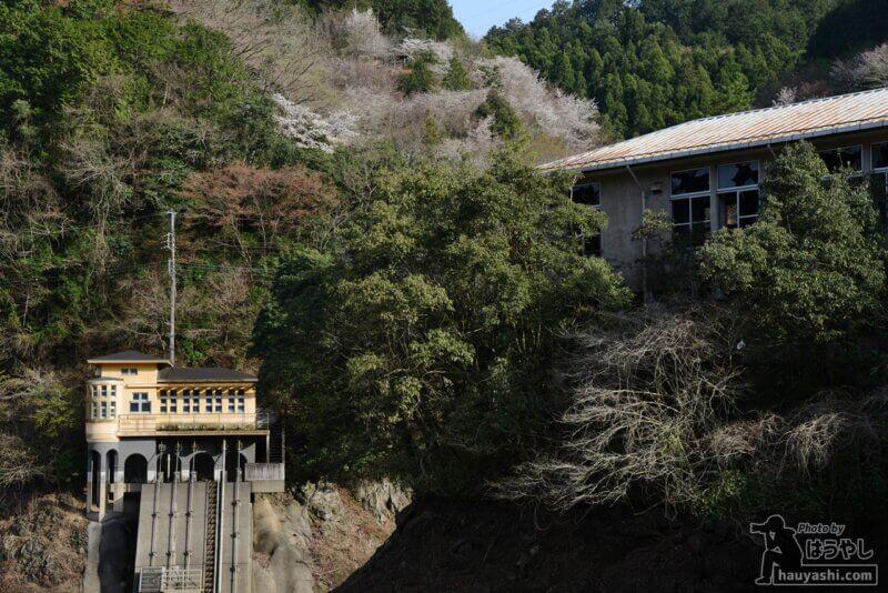 鎌北湖用水管理棟と廃ホテル