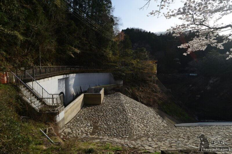 耐震工事で水が無い鎌北湖の放流口