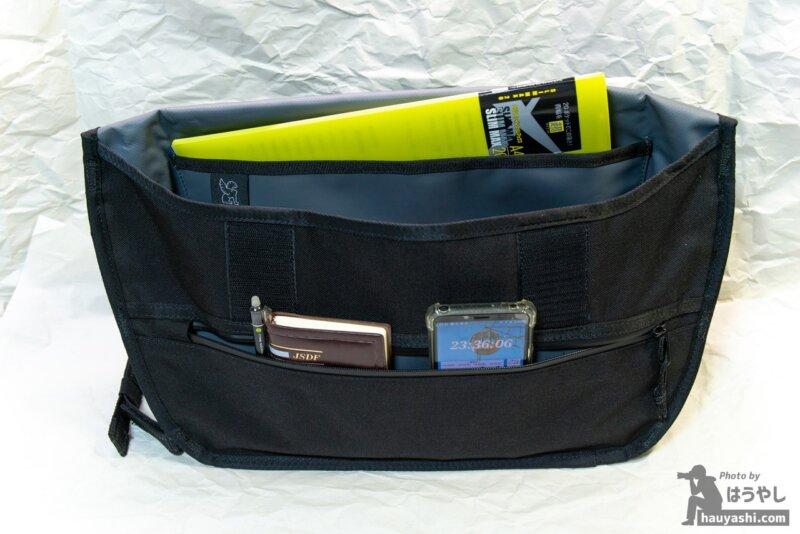 SIMPLE MESSENGER BAG ポケット類(PO収納ポケットにA4サイズのファイルを収納)